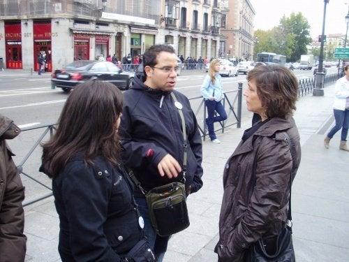Colegas conversando na rua