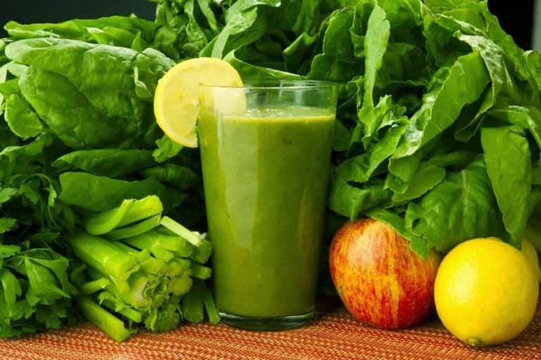 Espinafre, cenoura e limão: bebida para eliminar toxinas