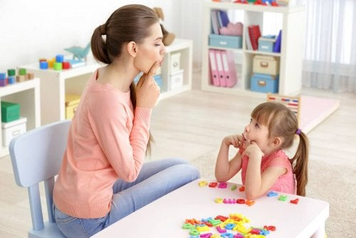 Mãe fazendo atividades para ativar a fala das crianças