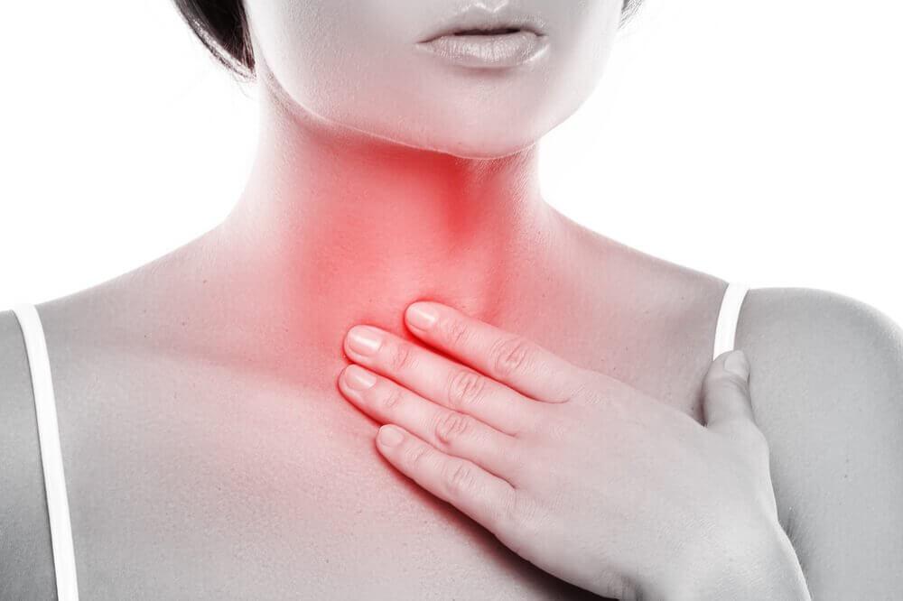 Como fazer um enxaguante bucal para o tratamento de laringite