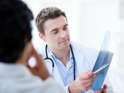 Médico explicando paciente sobre problema na próstata e o trato urinário
