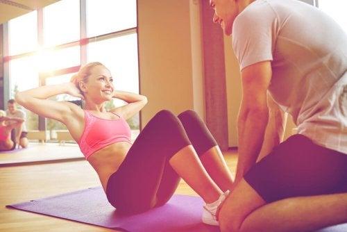 Fazer exercícios ajuda a cuidar do corpo após o parto