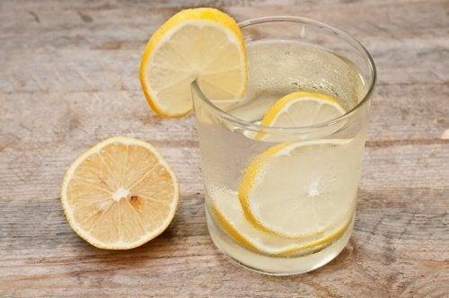 Laxantes naturais para a constipação: água com limão