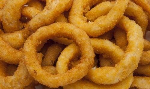 Anéis de cebola empanados e fritos