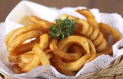Anéis de cebola recheados com carne moída
