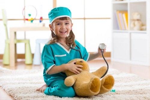 Menina brincando de Doutora Brinquedos