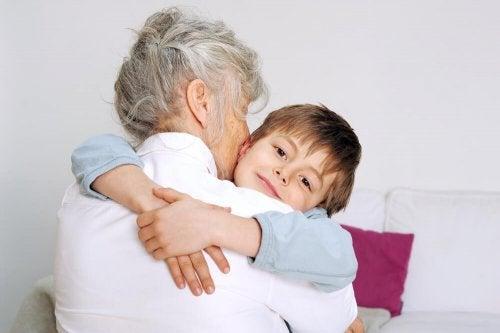Que é avó pela primeira vez abraça muito os seus netos