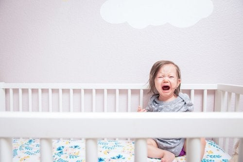 Evite o castigo de deixar o bebê chorando antes de dormir