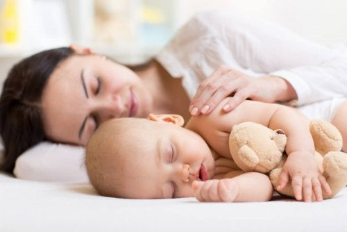 Bebê que só dorme perto da mãe