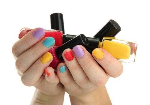 As unhas pintadas de muitas cores dizem que vocë tem uma personalidade divertida