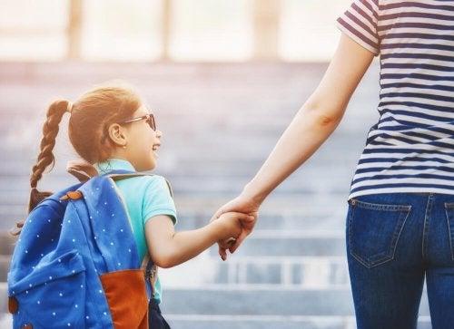 Para superar a fobia escolar é importante que você leve seu filho até a escola