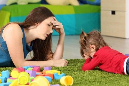 Para superar a fobia escolar é importante brincar com as crianças