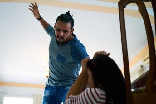 Pai usando o castigo físico com a filha