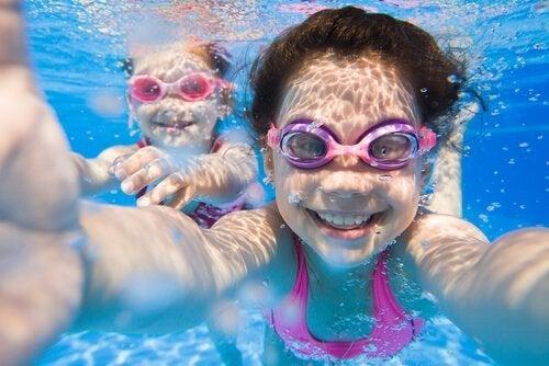 Meninas aprendendo a nadar