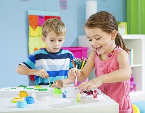 Crianças brincando de pintar