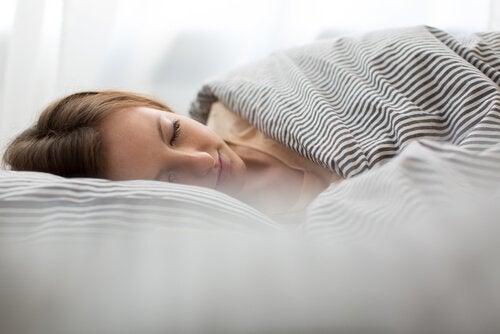 Dormir o tempo adequado ajuda a prevenir a cefaleia tensional