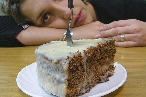 Mulher resistindo a ansiedade por doce