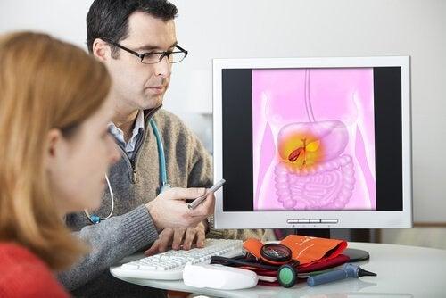 Paciente consultando um médico pela doença de Crohn