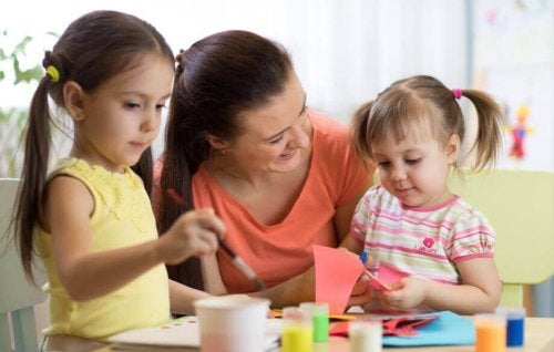 Mãe aplicando mindfulness infantil na filhas