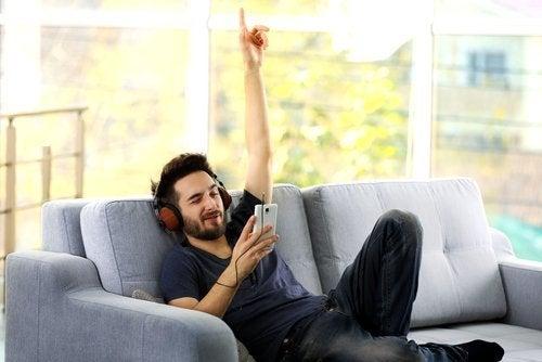 Homem usando fones de ouvido para ouvir música do celular