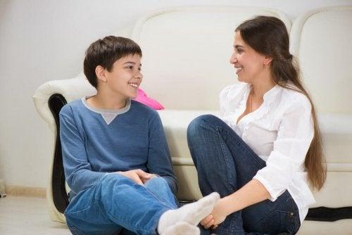 Conversar com os filhos é uma das recomendações para pais e mães