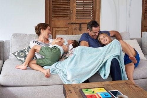 Brincar com os filhos é uma das recomendações para pais e mães