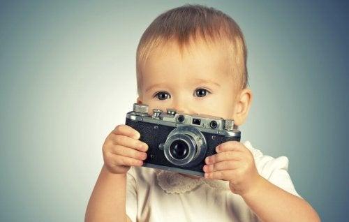 Bebê com câmera fotográfica