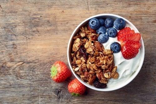 Frutas com iogurte ajudam a perder peso