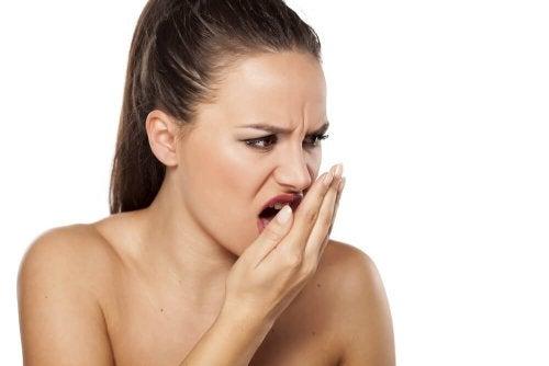 Mau hálito: como tratá-lo com remédios à base de canela