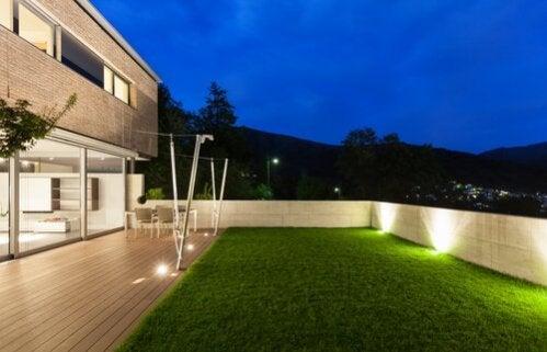 6 formas de iluminar o jardim à noite