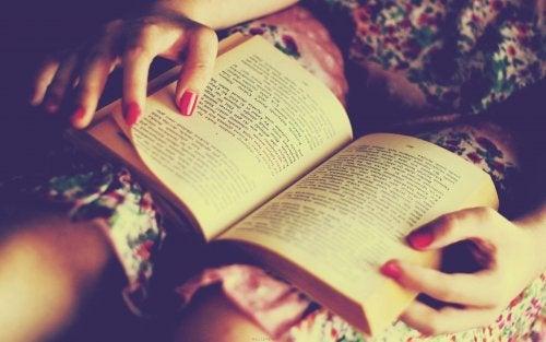 Mulher lendo à noite
