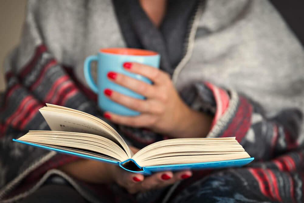 Descubra os benefícios para o cérebro de ler à noite