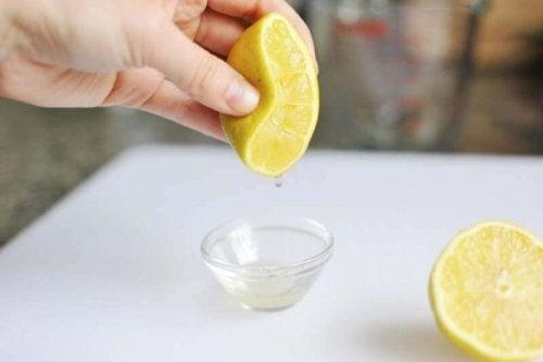 O limão ajuda a desengordurar os móveis