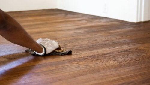 Não pode lim´par pisos de madeira com vinagre branco