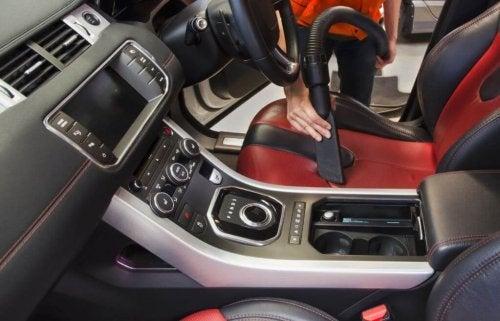 Use aspirador de pó para fazer a limpeza do carro