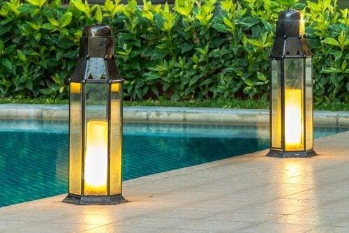 Luzes de arraiá para iluminar o jardim à noite