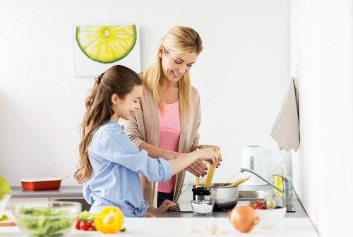 Compartilhar tempo na cozinha é um hábito de uma família feliz