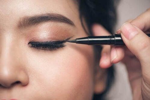 Maquiagem para olhos pequenos. Que devo evitar?