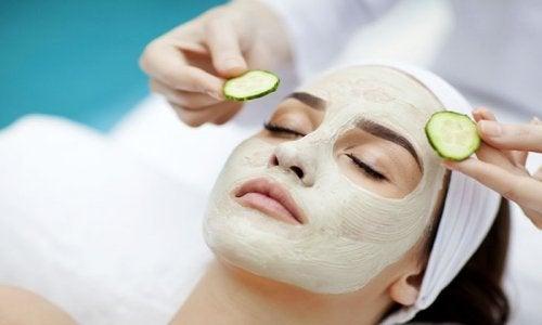 Mulher com máscara para ajudar a tratar a acne