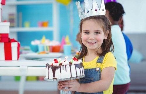 Menina com bolo de aniversário