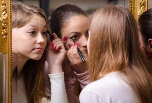 Meninas se maquiando