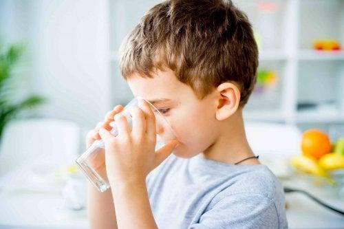 Beber água ajuda a combater a constipação infantil