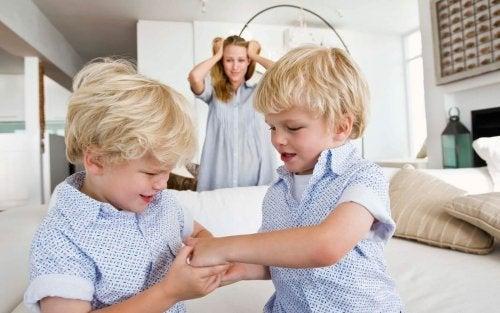 Como agir quando as crianças mordem: não perca a calma
