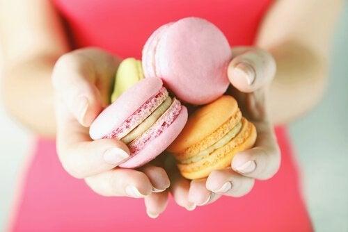 Mulher com doces na mão