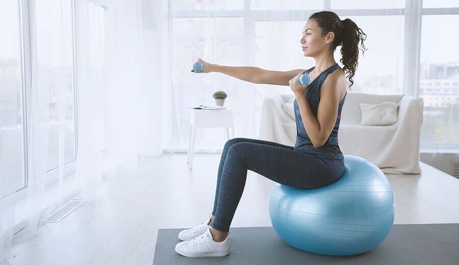 exercícios com halteres para fortalecer os ombros