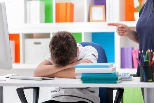 Criança desobediente desafiando o professor