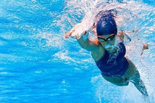 Mulher nadando superando o medo da água