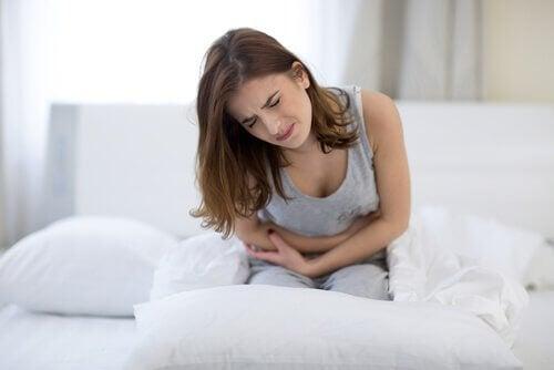 Mulher com dor por problemas estomacais