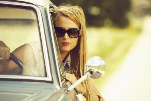 Não se esqueça de levar essas 6 coisas à praia: óculos de sol