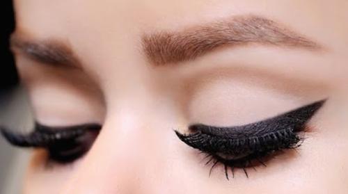 Não use corretores de maquiagem em creme se tiver olhos pequenos